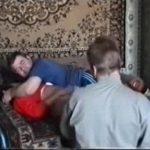 Светловолосая неженка сексуально ублажает саму себя на видеокамеру