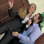 Блондинистая шлюха-секретарша крепко взяла пиздой писюн шефа